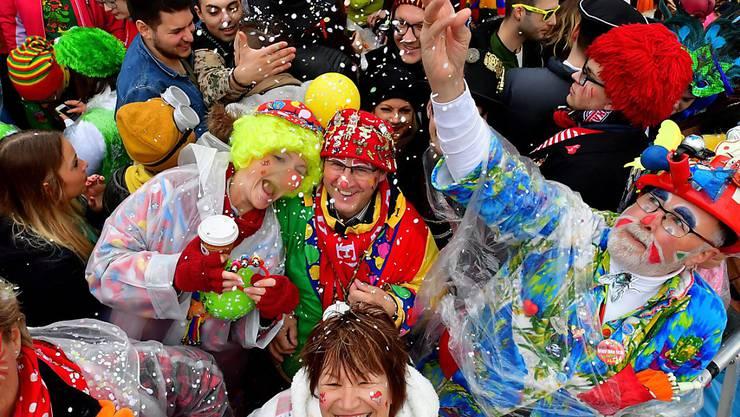Gute Laune trotz Regen: Kostümierte feiern in Köln den Beginn des Karnevals.
