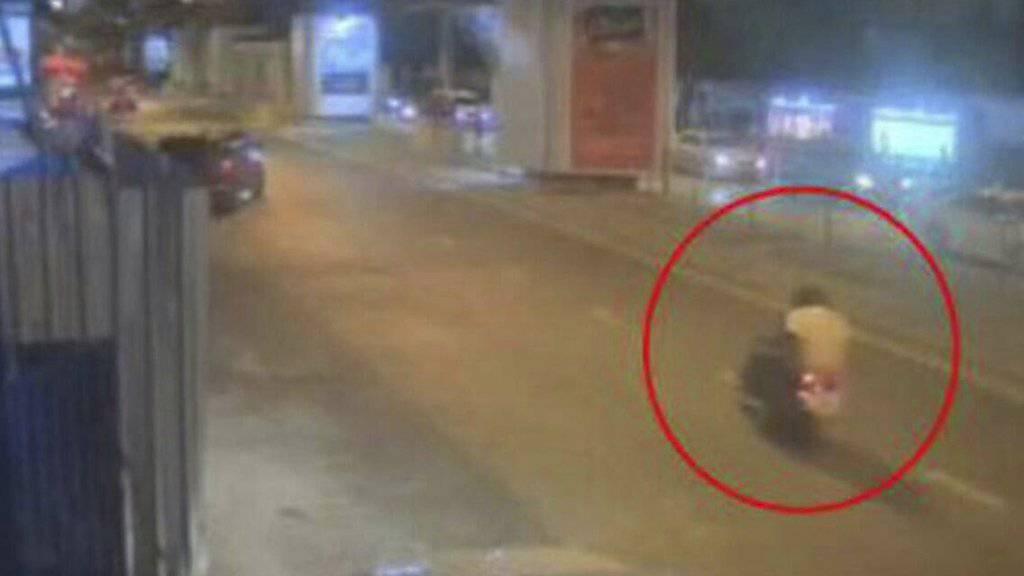 Dieses Bild einer Überwachungskamera soll den Hauptverdächtigen auf einem Tuk-Tuk zeigen.