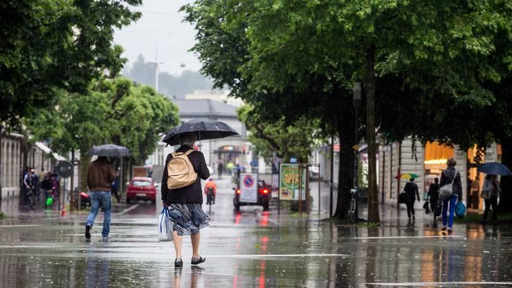Vor allem im Frühling und Frühsommer war der Regenschirm ein treuer Begleiter bei fast jedem Fussmarsch in Solothurn.
