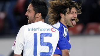 Torschütze Ricardo Cabanas (links) und Vero Salatic feiern den Derbysieg