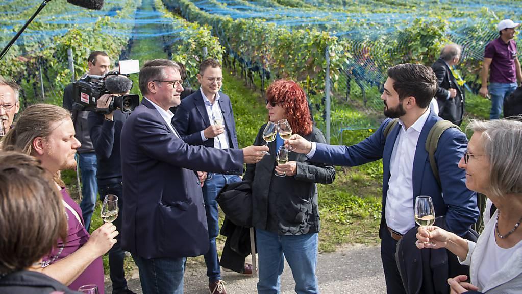 Prost! - Christian Levrat (links), ehemaliger SP- und künftiger Post-Präsident, stösst an mit dem amtierenden SP-Co-Präsidenten Cedric Wermuth (rechts), auf dem Fraktionsausflug der SP in einem Rebberg in Cheyres FR am Südufer des Neuenburgersees.