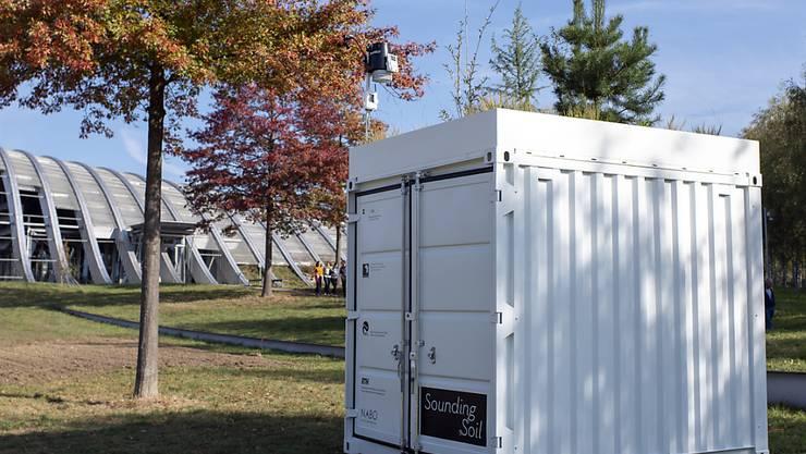 In diesem Container beim Zentrum Paul Klee in Bern lässt sich hören, wie es in unseren Böden zu und her geht. In dem Projekt treffen Kunst und Wissenschaft aufeinander.