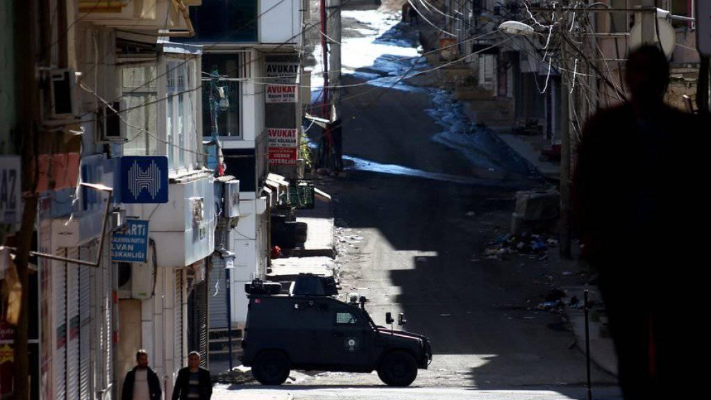 Türkische Polizei in einem gepanzerten Fahrzeug am Donnerstag in der kurdischen Staat Silvan.