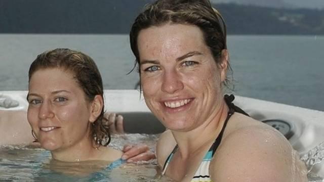 Nadia Styger (rechts): entspannen im Pool (Archiv)