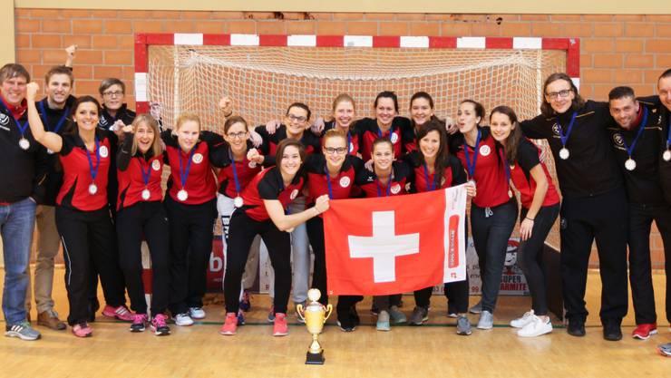 Die siegreiche Schweizer Damen-Nationalmannschaft mit dem Staff