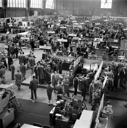 Das Publikumströmt seit hundert Jahren in Massen an die Muba. Die Maschinenhalle im Jahr 1960.