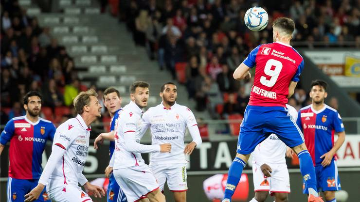 Hier fällt das 1:0 für den FC Basel: Ricky van Wolfswinkel entwischt Sions André Neitzke und kommt unbedrängt zum Kopfball. Keystone
