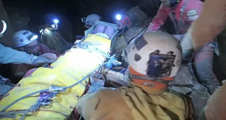 Im Biwak 3 in 700 Metern Tiefe legen die Retter eine mehrstündige Rast ein.