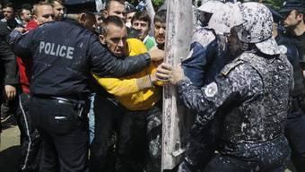 Zusammenstösse mit der Polizei vor dem Parlament in Pristina