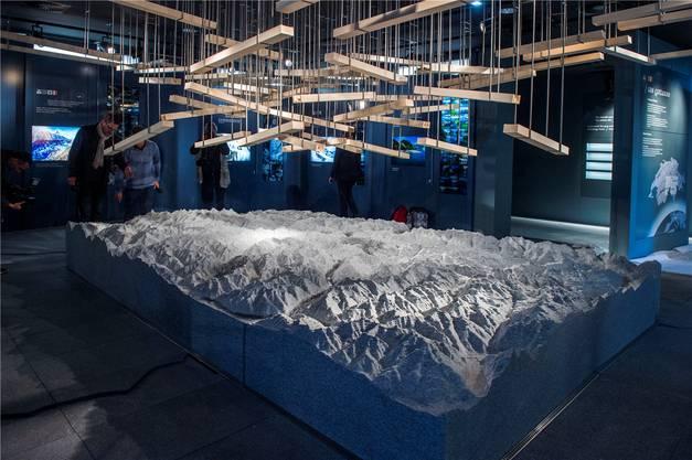 Wasser plätschert über einen Granitblock, der die Alpen darstellt.