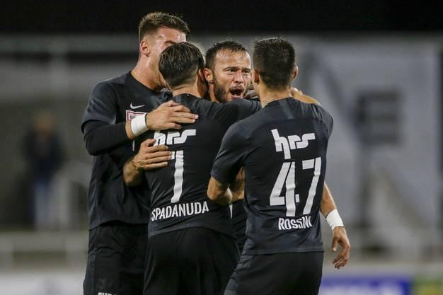 Durch den Penalty scheint der Bann gebrochen zu sein, die FCA-Spieler freuen sich.
