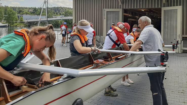 Die Boote werden vor der Ausfahrt individuell eingestellt für die Ruder*innen.