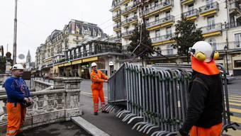 Bereits eine Woche vor Beginn der Konferenz werden beim Hotel Fairmont Le Monreux Palace Absperrungen bereit gemacht.