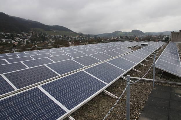 Die Solarpanels der neuen Anlage auf Gebäude 6 der Kanti Baden.