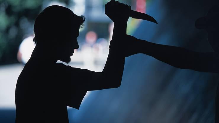 Einer der Täter hielt ein Messer in der Hand, der andere forderte nach dem Geld.