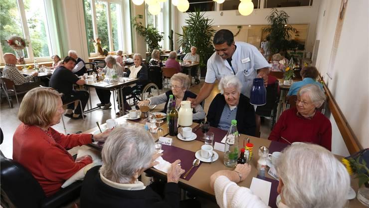 Die Bewohner des Seniorenzentrums Gritt im Speisesaal der ehemaligen Klinik Allerheiligenberg.
