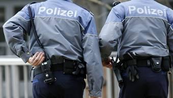 Personen vor dem GC-Fanlokal an der Heinrichstrasse bewarfen Stadtpolizisten mit Flaschen. (Symbolbild)