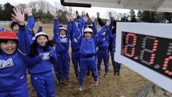 Japanische Schulkinder spielen neben einem Geigerzähler (Archiv)