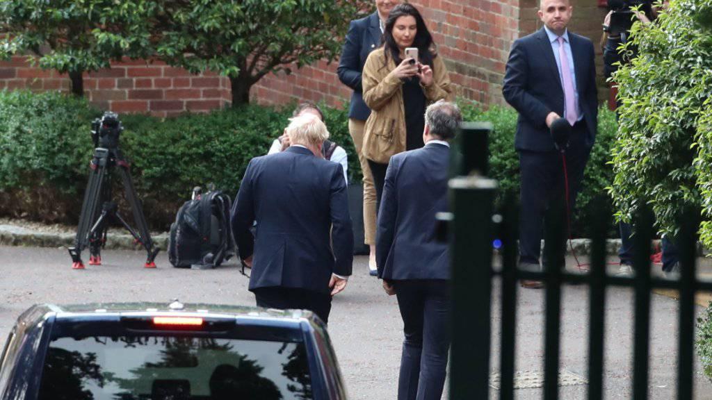 Trifft in Nordirland auf Kritik: Der britische Premierminister Boris Johnson (links), hier bei seiner Ankunft in Belfast am Mittwoch.