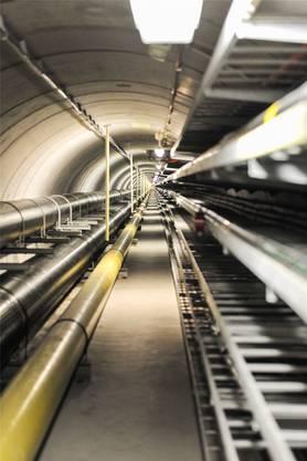 Im Vergleich zu den massiven Wasserleitungen (links) sind die Glasfaser-Leitungen im Tunnel unter dem Rhein verschwindend klein (rechts, auf dem Bild kaum sichtbar). Dennoch transportieren sie unglaubliche Datenmengen. Über ein einziges dieser Kabel könnte gemäss IWB die ganze Stadt Basel gleichzeitig im Internet surfen.