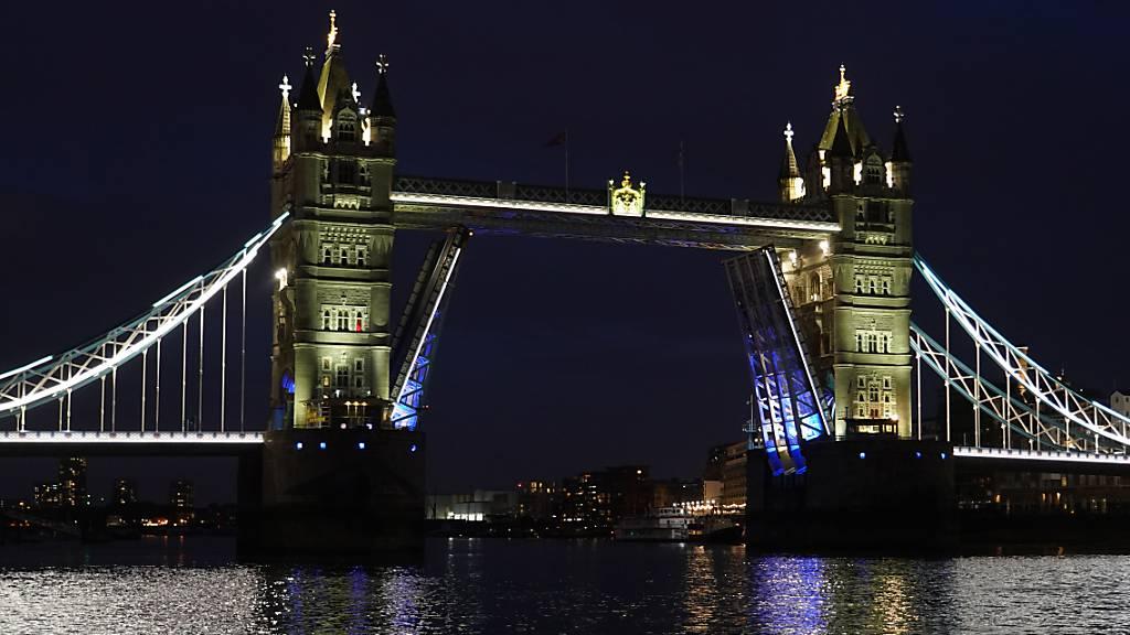 Die Tower Bridge im Zentrum Londons steckte aufgrund einer technischen Störung in vollständig geöffneter Position fest. Foto: Ian West/PA Wire/dpa