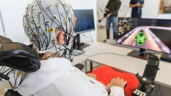 Tetraplegiker Sebastian Kunz steuert ein Rennauto in einem Computergame.