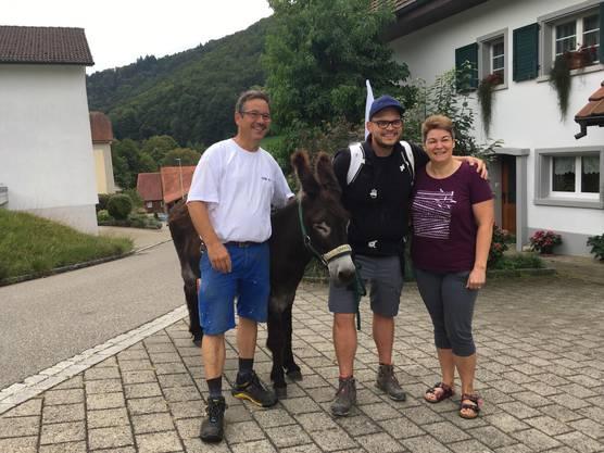 Unterwegs werden unsere zwei Esel von Hörerinnen und Hörern besucht.
