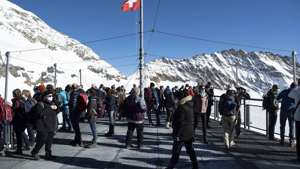 Trotz hoher Coronafallzahlen beschloss die Schweiz moderate Schutzmassnahmen. Das sorgte im Ausland für Kritik. Im Bild: Touristen am Jungfraujoch im November 2020.