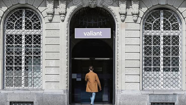 Der Eingang der Valiant Bank bei der Filiale auf dem Bundesplatz.