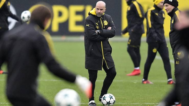 Trainer Peter Bosz (Mitte) und Borussia Dortmund stehen heute unter Druck