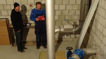 Projektleiter Daniel Wegmüller (links) bei einer Baubesprechung im Rohrkeller des neuen Münchwiler Wasserreservoirs. – Foto: chr