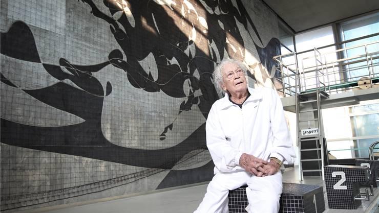 Hans Erni vor seinem Meisterwerk, welches von 1968 bis 2012 im städtischen Hallenbad in Luzern hing. Manuela Jans/LZ