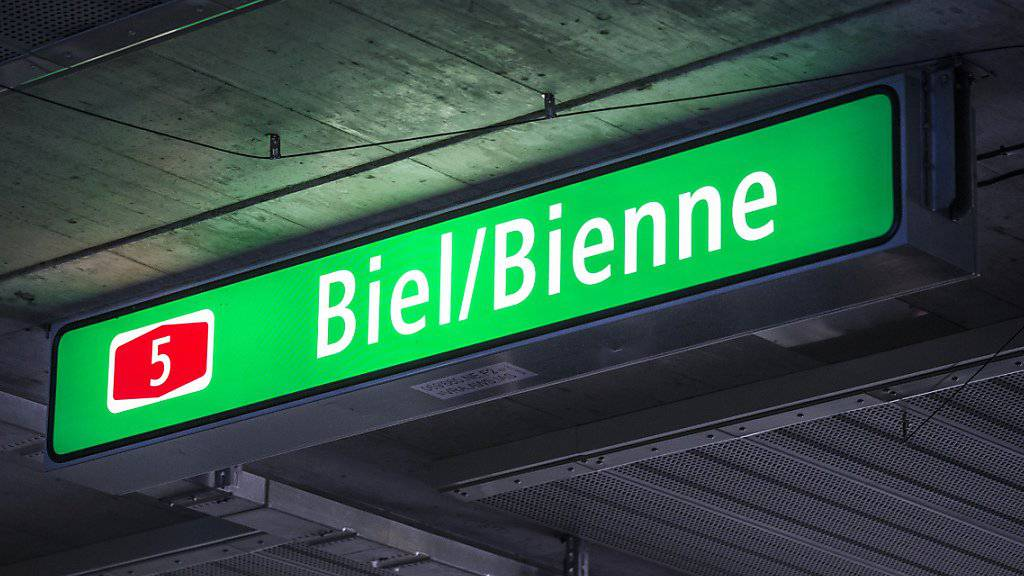 Zweisprachige Autobahnschilder sollen auch künftig die Ausnahme bleiben. Dieser Meinung ist der Bundesrat. (Archiv)
