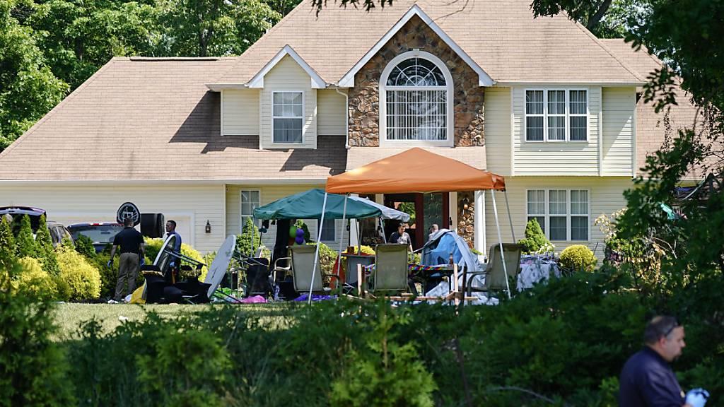 Ermittler arbeiten am Tatort einer Schießerei im US-Bundesstaat New Jersey. Bei einer Party sind nach Angaben der Polizei mindestens zwei Menschen durch Schüsse getötet und zwölf weitere verletzt worden. Foto: Matt Rourke/AP/dpa