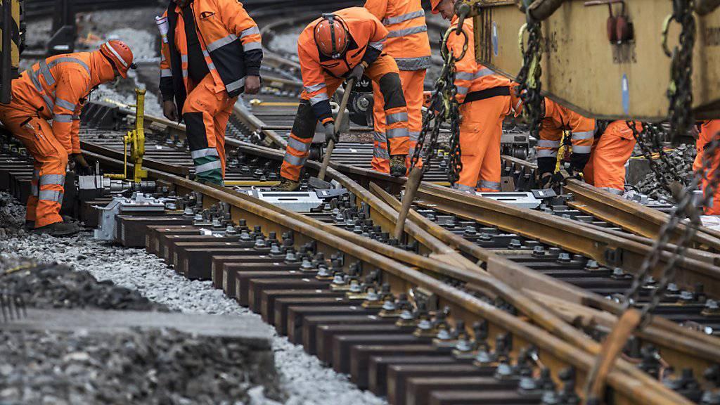 Die Arbeiten an den Weichen im gesperrten Luzerner Bahnhof laufen auf Hochtouren.