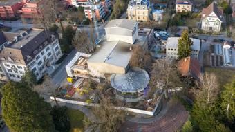 Das Kurtheater aus der Vogelperspektive: Am oberen Bildrand ist die neue Hinterbühne zu sehen. Vorne rechts das runde Sachs-Foyer, vorne links das ehemalige Bölsterli-Foyer, dessen Fläche im Zuge der Bauarbeiten verdoppelt wird. Am unteren Bildrand liegt das Freilichttheater, das ebenfalls saniert wird.