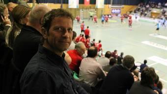 Markus Jud beobachtet im Schachen das Spiel zwischen seiner bisherigen und seiner zukünftigen Mannschaft.