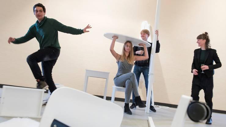 Im Projekt «Raumübung» der Basler Tänzerin und Choreografin Pascale Utz (r.) inszenieren sich Schüler der Berufsfachschule Baden BBB im Raum.