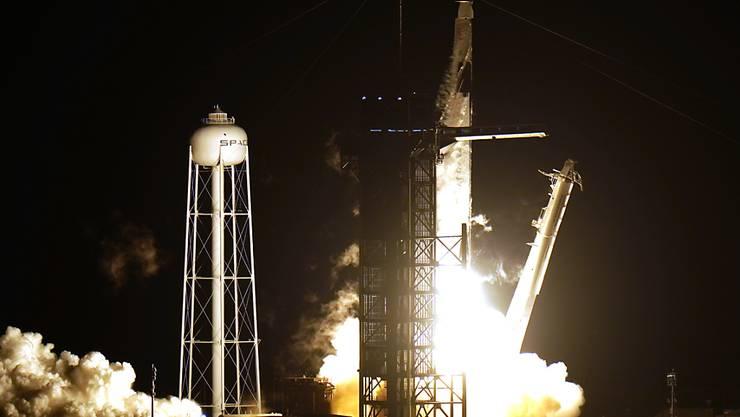 Eine SpaceX Falcon9-Rakete mit dem Raumschiff «Crew Dragon» hebt vom Kennedy Space Center im US-Bundesstaat Florida ab. Foto: Chris O'meara/AP/dpa