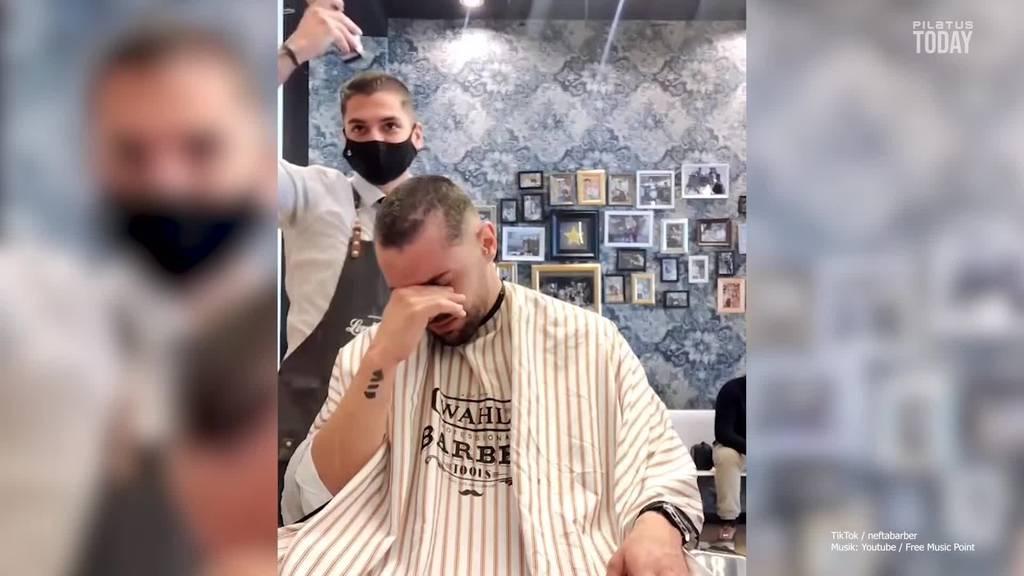 Barbier rasiert Krebspatient die Haare – und seine gleich mit