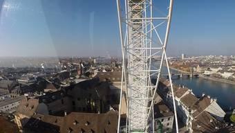 Während der Herbstmesse ist das Riesenrad die grosse Schwester des Münsters. Welchen atemberaubenden Ausblick man von dort oben hat, sehen Sie im bz-Video.