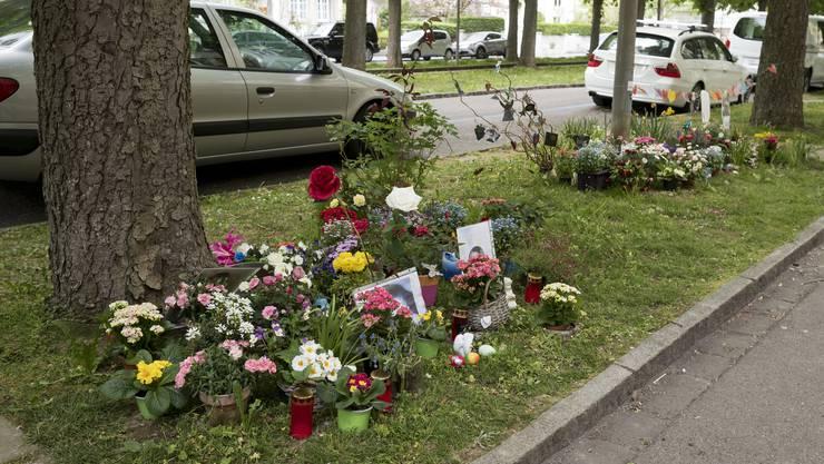 Der Tatort ist bis zum heutigen Tag noch mit niedergelegten Blumen geschmückt.