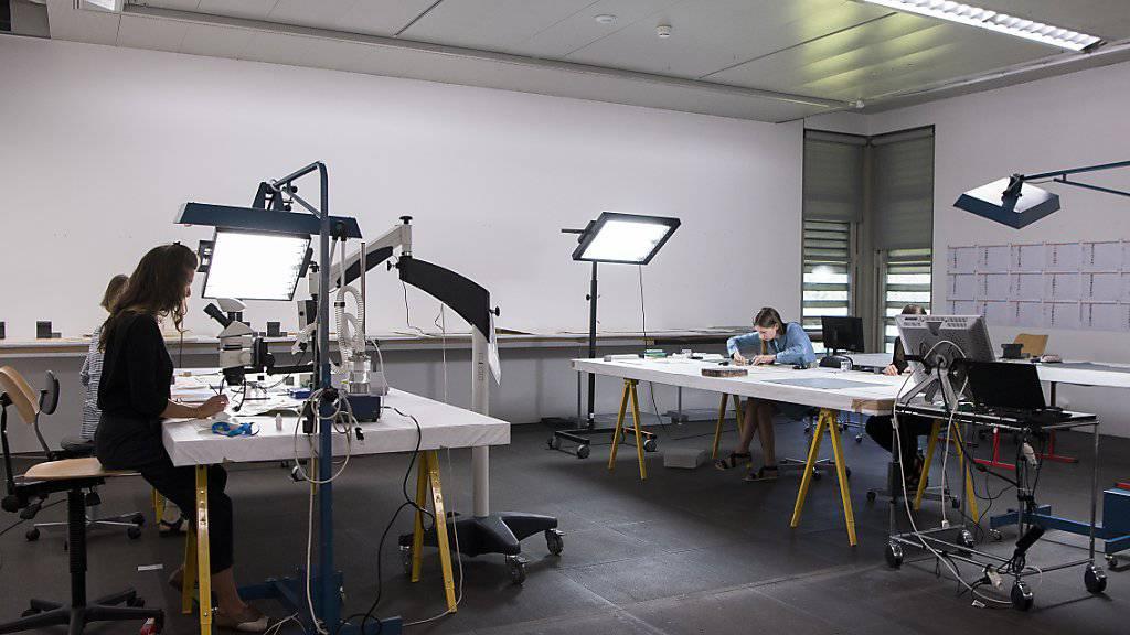 In einer eigens eingerichteten Werkstatt im Kunstmuseum Bern sind Restauratoren daran, Bilder aus dem Gurlitt-Nachlass von Schimmel, Spinnweben und Schmutz zu befreien.
