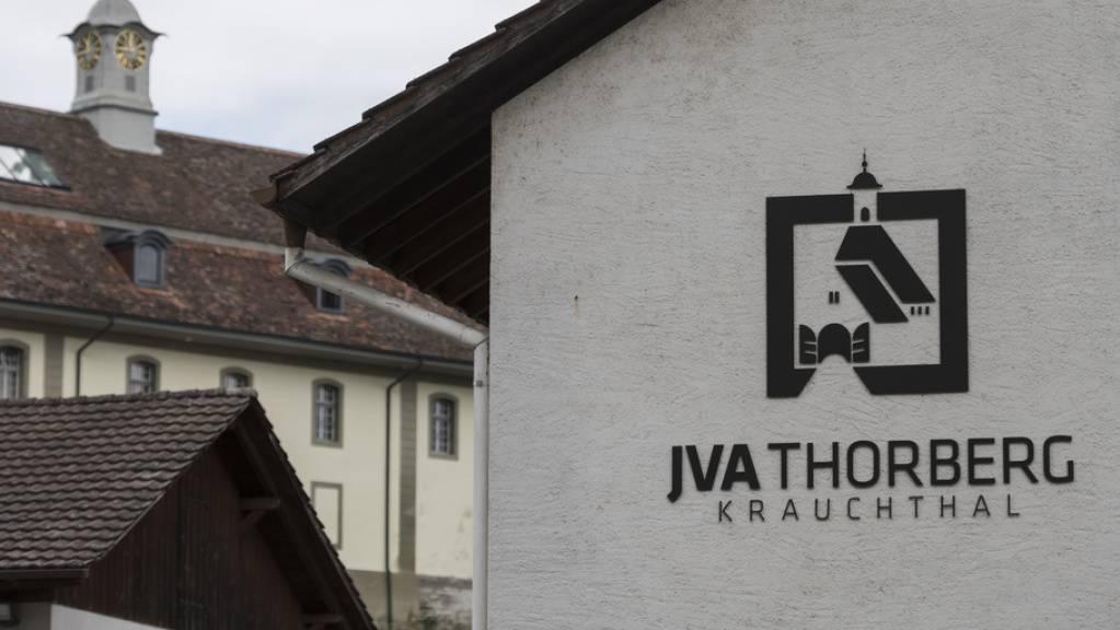 Schweizer Justizvollzugsanstalten - wie hier die JVA Thorberg in Krauchthal BE - waren 2020 so leer wie schon lange nicht mehr: Die Anzahl Häftlinge in der Schweiz sank 2020 auf das Niveau von vor zehn Jahren. (Archivbild)