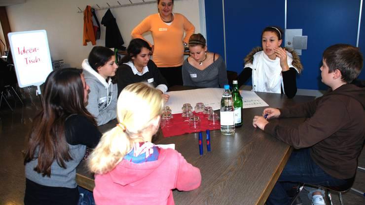 Jugendarbeiterin Jelena Djordevic am Ideen-Tisch. (Bild Martin Mullis)