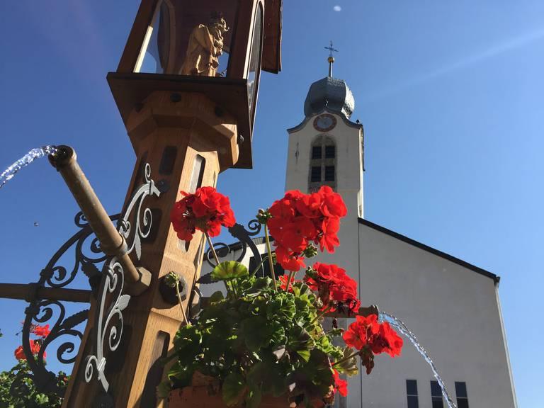 Ohnen Pfarrer nützt die schönste Kirche nichts - Dorfplatz in Brigels (Bild: FM1Today/Dario Cantieni)