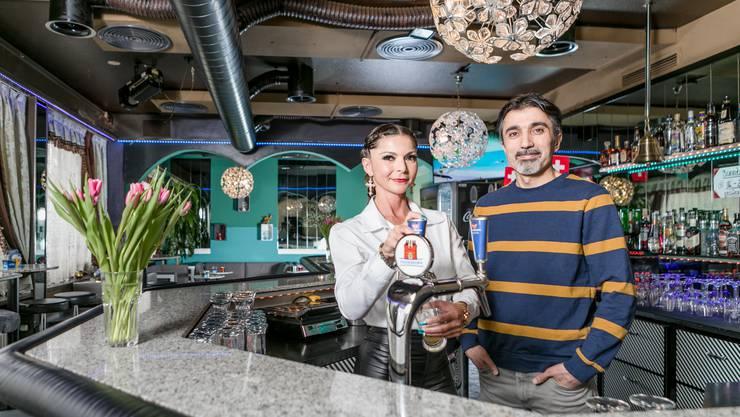 Unterentfelden, 13. Februar: Das neue Team der Safari-Bar kämpft, um das Image der ehemaligen Kontaktbar zu verbessern. «Wir haben eine Chance verdient», sagen Brigitte Musa und Farzandeh Mokkarram.