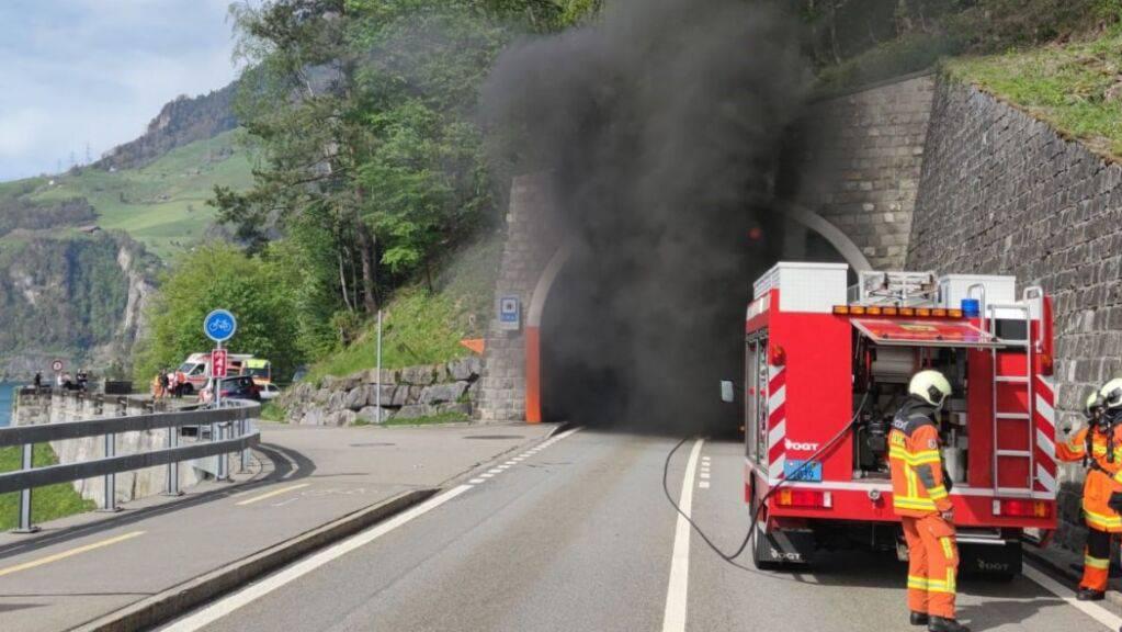 Dicker Rauch quillt aus dem Tunnel der Axenstrasse bei Sisikon. Wie lange die Strecke unterbrochen bleibt, ist offen.