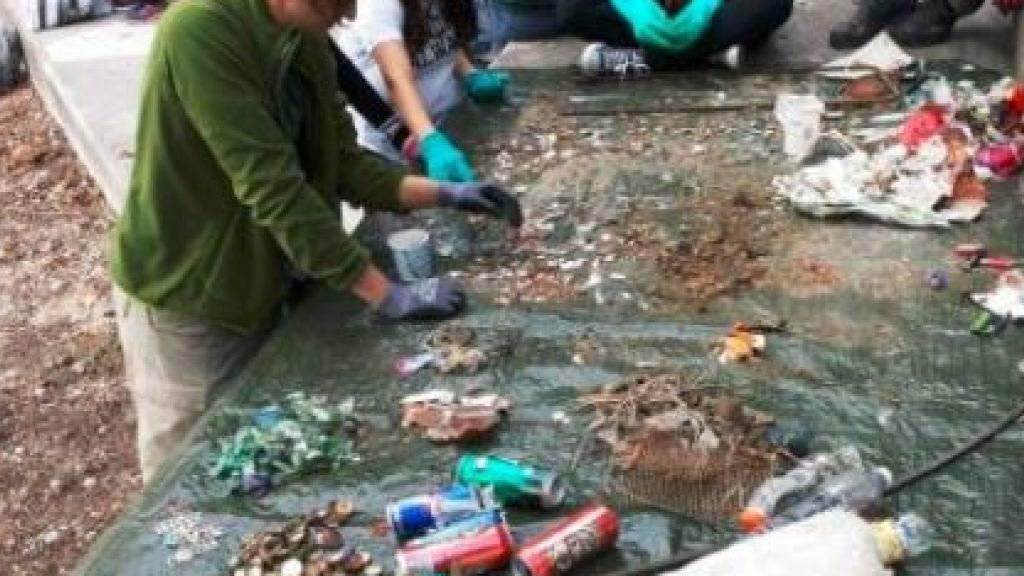 Freiwillige der Organisation STOPP haben zwischen April und Dezember 2017 insgesamt fast 80'000 Abfallgegenstände aus Schweizer Gewässern gefischt.