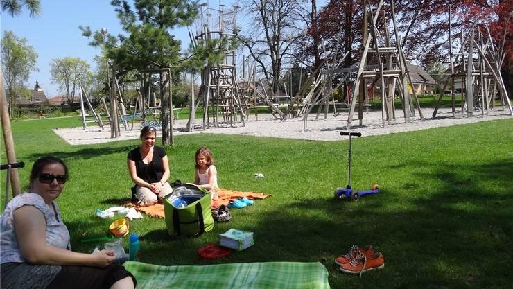 Mittags-Picknick gestern im neuen Stadtpark Ost, der attraktive Klettergarten für Kinder ist in Reichweite. ach
